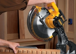 Top Dewalt DW715 Review – Does This 4000 RPM, 12 Inch Blade Unit Stun?